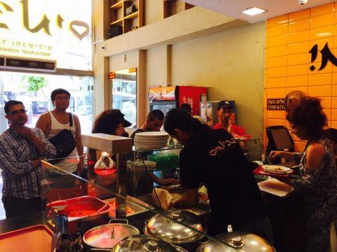 דלפק ההגשה במסעדת עג'מי ירושלים