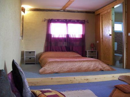 מיטת ההורים בצימר מתנת המדבר