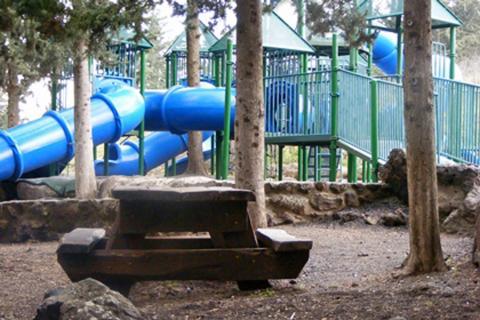 """פארק קק""""ל קצרין גן שעשועים,שולחנות, מקום לפיקניק"""