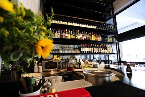 בר המשקאות במסעדת ג'ירף נודל בר באבן גבירול תל אביב