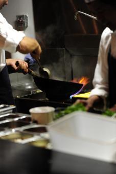 הקפצה על ווק במסעדת ג'ירף נודל בר באבן גבירול תל אביב