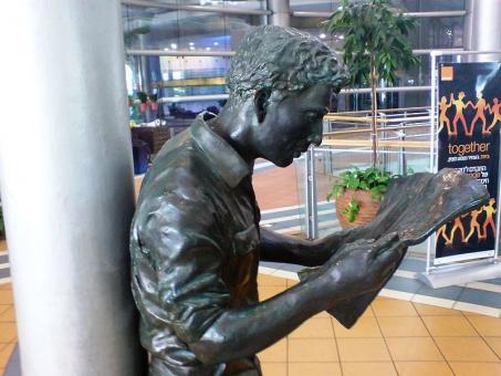 פסל קורא העיתון בכניסה למגדלי עזריאלי