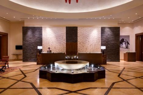 שולחן הקבלה במלון ישרוטל בראשית מצפה רמון