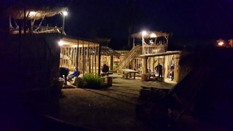 אחד ממתחמי האירוח בכפר בשעות הלילה