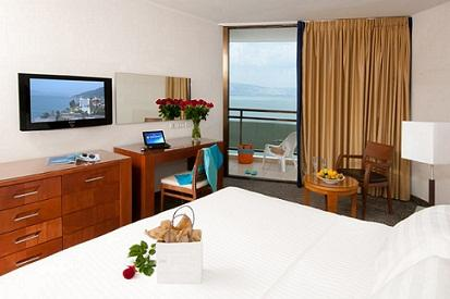 חדר דלקס עם נוף לכנרת במלון לאונרדו פלאזה טבריה