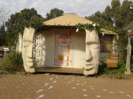 מנטרה סדנא וגלריה לציור ופיסול של האמן רועי שנער בכפר האמנים שבאניעם.