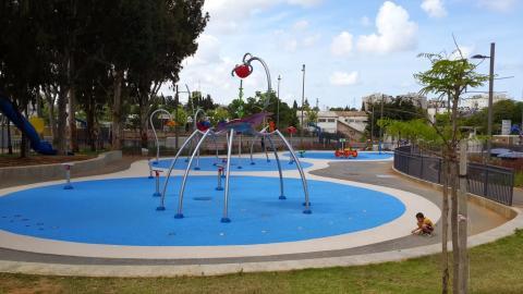 """מתקני המים בפארק תע""""ש ברחוב הנצח ברמת השרון"""