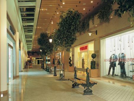 שדרת הקניות במלון ישרוטל רויאל גארדן אילת