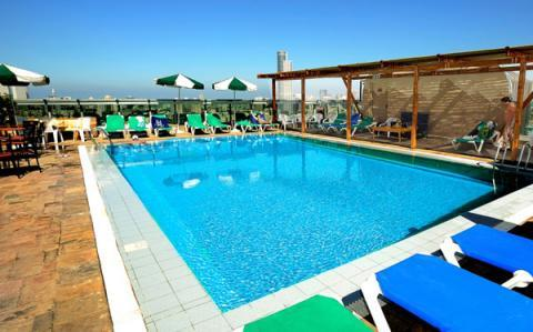 הבריכה במלון רימונים אופטימה רמת גן