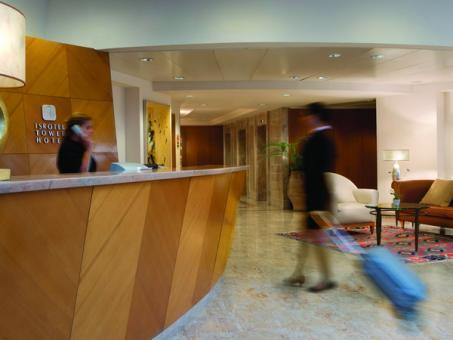 שולחן הקבלה במלון ישרוטל טאואר תל אביב