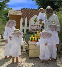משפחה בלבוש מלא של דבוראים בדבורת התבור