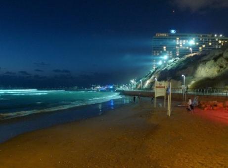 תאורת לילה לגלישה בחוף הילטון בתל אביב
