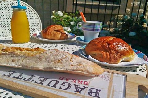 לה באס Là-bas קפה צרפתי סטודיו ובוטיק בגדי ילדים בתקוע. קרפ מתוק ומלוח ארוחות בוקר