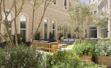 פטיו מלון ממילא בירושלים