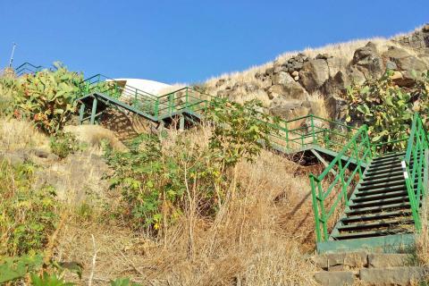 מדרגות למעיין במצפה השלום