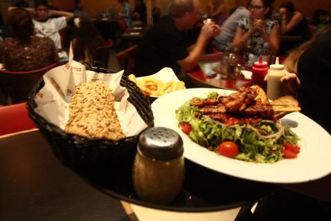 צילום מנת סלט במסעדה