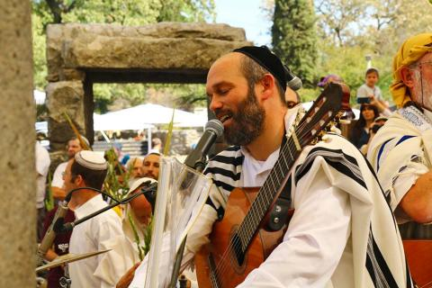 הלל חגיגי עם יונתן רזאל פסח בקצרין העתיקה