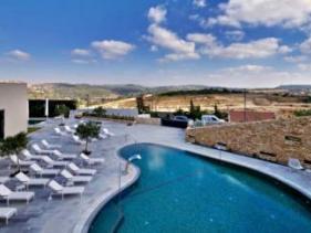 הבריכה החיצונית במלון כרמים הרי ירושלים