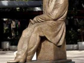 """פסל ביאליק בכיכר רמב""""ם - כיכר אורדע ברמת גן"""