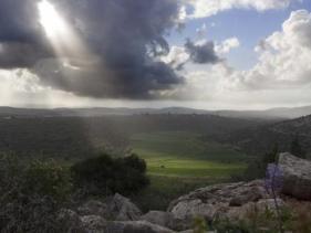 קרני שמש מבעד לעננים, בן חצב יקינתוני, רכס התורען.
