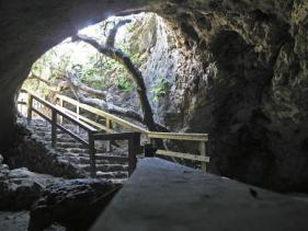 הכניסה למערת התאומים.