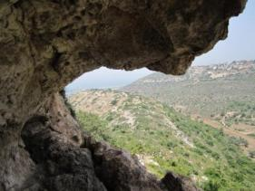 הנוף מהמערה. אפשר לראות את הים...