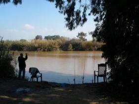 דייגים מחכים לשלל באגם הנסתר בשמורה