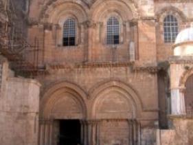 חזית הכניסה לכנסיית הקבר בירושלים