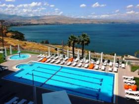 בריכה במלון גולן בטבריה