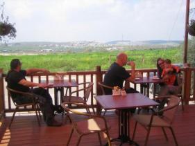 ישיבה במרפסת של טארטן ארוח וקינוח